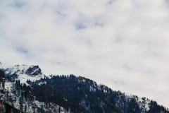 Montanhas de Manali com fulgor branco da neve imagem de stock royalty free