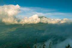 Montanhas de Merbabu cobertas nas nuvens Fotos de Stock Royalty Free