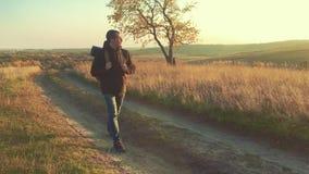 Montanhas de passeio do turista do homem do caminhante que trekking apenas Homem bem sucedido ativo que viaja com trouxa conceito filme