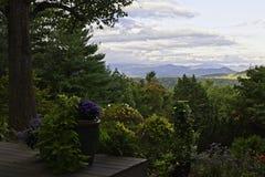Montanhas de Ridge azul vistas do pátio traseiro de North Carolina Fotos de Stock