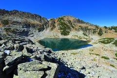 Montanhas de Rila em Bulgária - lago glacial Imagem de Stock Royalty Free