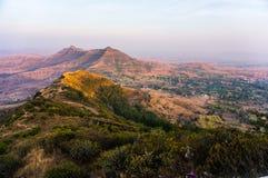 Montanhas de Sandy e montes enevoados Fotos de Stock Royalty Free