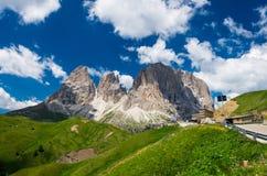 Montanhas de Sassolungo e de Sassopiatto, Itália imagem de stock royalty free