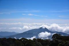 Montanhas de Tailândia do céu azul na névoa e na névoa Imagens de Stock