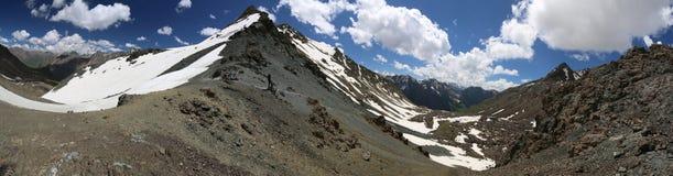 Montanhas de Tian Shan da passagem de Telety em Kirghizia, paisagem Foto de Stock