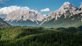 Montanhas de Zugspitze com timelapse de fluxo das nuvens vídeos de arquivo