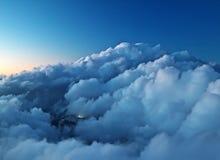 Montanhas distantes com embaçamento azul e nuvens imagem de stock