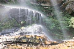 Montanhas do azul da cachoeira foto de stock royalty free