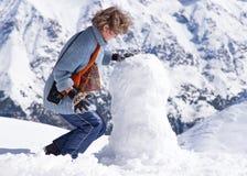 Montanhas do boneco de neve da menina