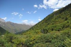 Montanhas do céu e da neve Fotografia de Stock Royalty Free