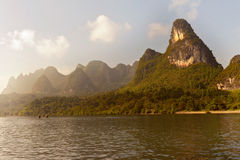 Montanhas do cársico ao longo do rio de Li perto de Yangshuo, provin de Guangxi Fotografia de Stock Royalty Free
