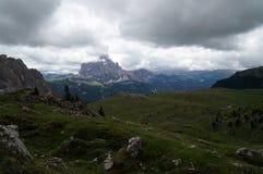 Montanhas do cume e da dolomite em um dia nebuloso Fotografia de Stock