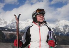 Montanhas do esquiador no fundo foto de stock