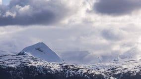 Montanhas do inverno completamente da neve Fotos de Stock Royalty Free
