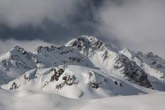 Montanhas do inverno nos cumes Imagens de Stock