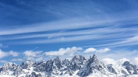 Montanhas do inverno, panorama - picos neve-tampados dos cumes italianos Dolomites, cumes, Itália, Trentino Alto Adige montagem N fotos de stock