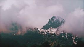 Montanhas do lapso de tempo na névoa Rússia, Sochi Ski Resort vídeos de arquivo
