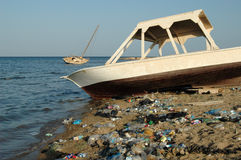 Montanhas do lixo na praia longe das estâncias turísticas de Egito Imagem de Stock