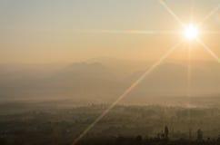 Montanhas do nascer do sol e da vista Imagem de Stock Royalty Free