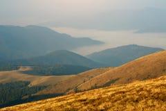 Montanhas do outono na névoa na opinião aérea do alvorecer Foto de Stock Royalty Free