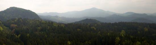 Montanhas do panorama na névoa fotografia de stock
