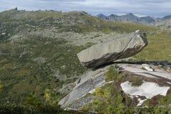 Montanhas do parque nacional de Ergaki. Pedra de suspensão Fotos de Stock Royalty Free