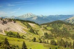 Montanhas do verão nos cumes Fotos de Stock Royalty Free