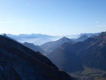 Montanhas dos alpes com névoa no amanhecer Foto de Stock Royalty Free