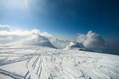 Montanhas dos cumes do inverno Fotos de Stock Royalty Free