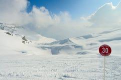 Montanhas dos cumes do inverno Fotos de Stock