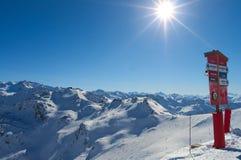 Montanhas dos cumes do inverno Fotografia de Stock Royalty Free