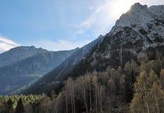 Montanhas dos Pyrenees e do sol que aumentam atrás imagens de stock