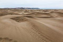 Montanhas, dunas e deserto corroídos imagens de stock