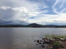 Montanhas e água nórdicas fotografia de stock