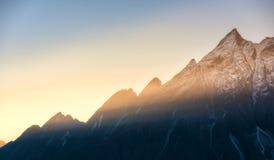 Montanhas e baixas nuvens no nascer do sol colorido em Nepal Foto de Stock Royalty Free