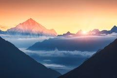 Montanhas e baixas nuvens no nascer do sol em Nepal Fotos de Stock Royalty Free