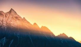 Montanhas e baixas nuvens no nascer do sol em Nepal Fotografia de Stock