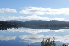 Montanhas e céu com lago Foto de Stock