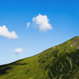 Montanhas e céu com nuvens Fotos de Stock Royalty Free