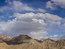 Montanhas e céu de Brown Fotos de Stock Royalty Free