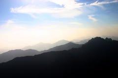 Montanhas e céu mostrados em silhueta Fotos de Stock Royalty Free