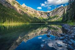 Montanhas e céus refletindo do lago avalanche fotos de stock