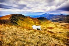 Montanhas e campo da paisagem sob o céu azul Fotografia de Stock