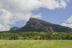 Montanhas e campos crimeanos imagens de stock