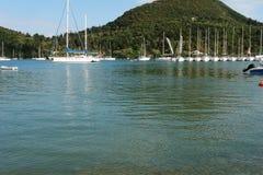 Montanhas e estacionamento do iate em Grécia Imagem de Stock Royalty Free