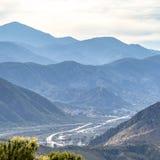 Montanhas e estrada relevantes em Ontário Califórnia fotografia de stock