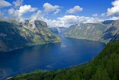 Montanhas e fjord Fotografia de Stock Royalty Free