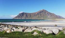 Montanhas e fjord em Noruega Nuvens e céu azul Imagens de Stock Royalty Free