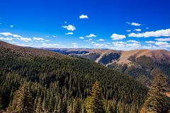 Montanhas e floresta tibetanas imagem de stock royalty free