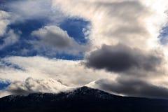Montanhas e formação bonita das nuvens Foto de Stock Royalty Free